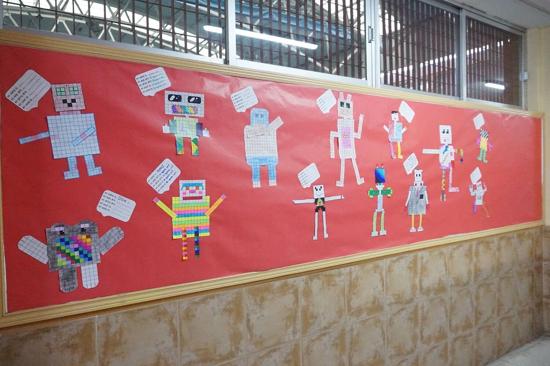 Mural con el trabajo de robótica y matemáticas en el Colegio privado Amanecer de Alcorcón