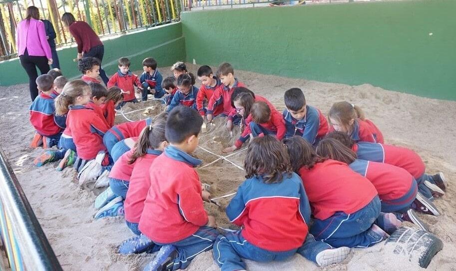 Infantil del colegio Amanecer jugando a ser paleontólogos